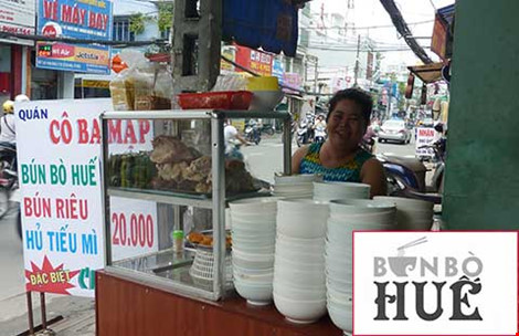 Chị Trinh (chủ quán bún bò Cô Ba Mập, đường Lạc Long Quân, quận Tân Bình, TP.HCM) cho biết chị rất tò mò về chuyện đăng ký nhãn hiệu chứng nhận bún bò Huế. Ảnh: Thanh Tuyền. Ảnh nhỏ: Logo bún bò Huế do tỉnh Thừa Thiên-Huế ban hành. Ảnh: QN
